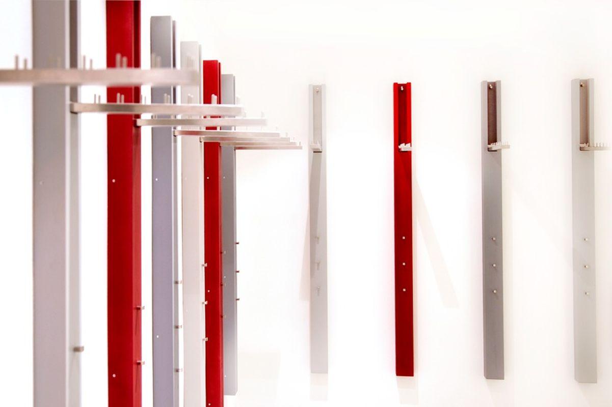 Garderobe-Rosenheim-Fichtenriegel-Farbig-Lackiert-Garderobenhaken-Klappbeschlag-Edelstahl-Schreinerei-Hoehensteiger