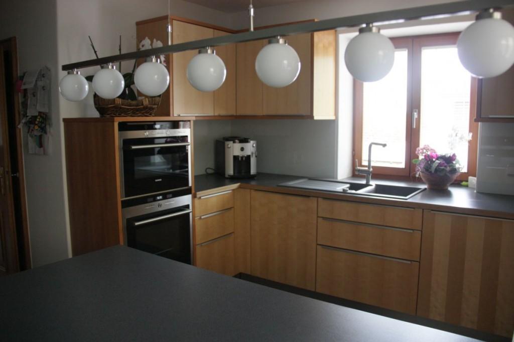küche ahorn-kirschbaum, hpl-arbeitsplatte grau, edelstahl-griffe