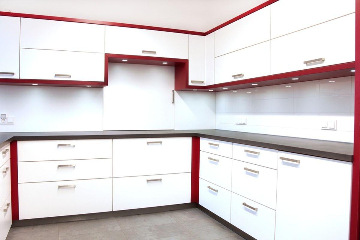 Kueche-Rosenheim-Fronten-Weiß-HPL-Beschichtet-Umrahmung-Rot-HPL-Beschichtet-Arbeitsplatte-Sockel-Schwarz-HPL-Beschichtet-Edelstahlgriffe-LED-Beleuchtung-Schreinerei-Hoehensteiger-Frontansicht