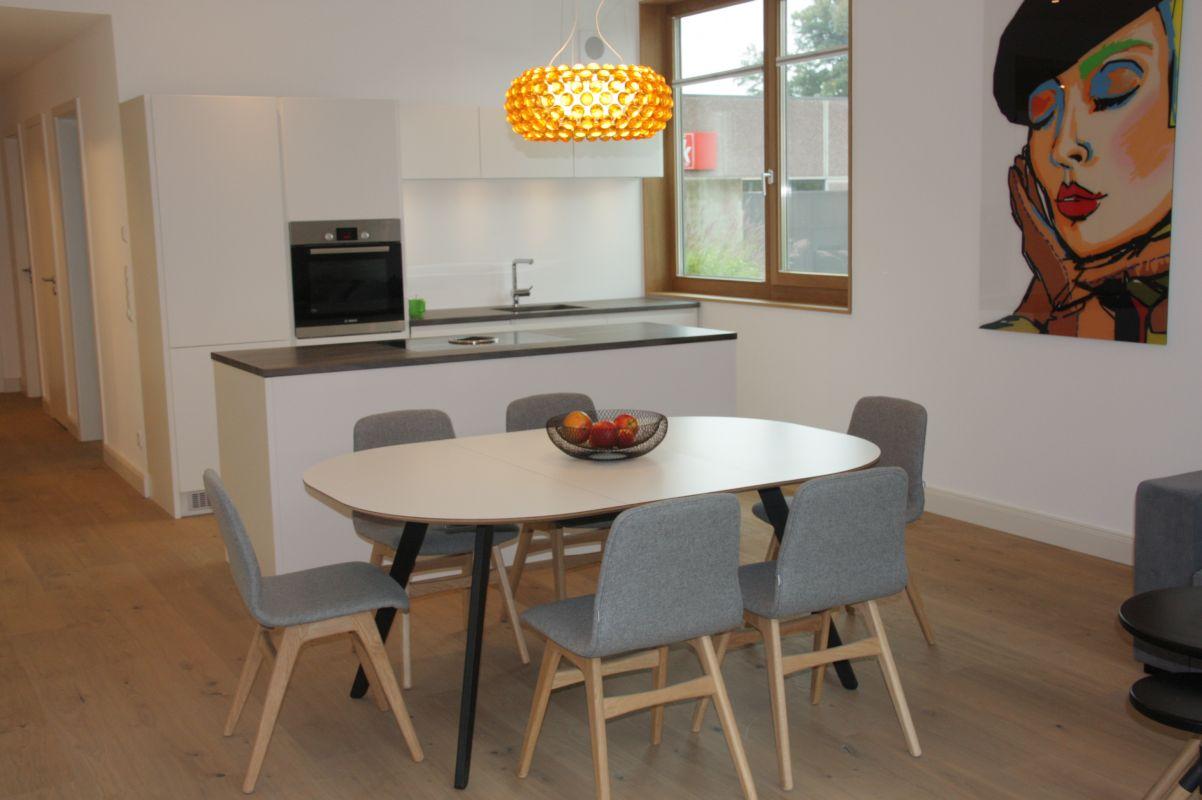 Küche weiß Hochglanz, HPL-Arbeitsplatte, Edelstahl-Griffe ...