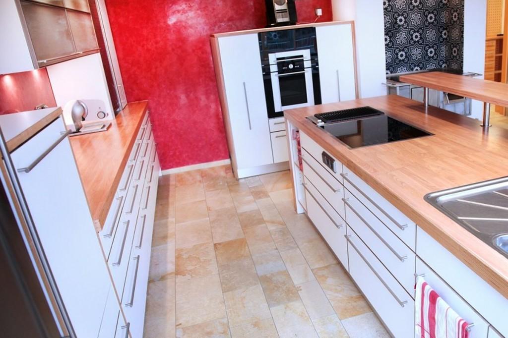Küche weiß, HPL-Arbeitsplatte Ahorn, Edelstahl-Griffe ...