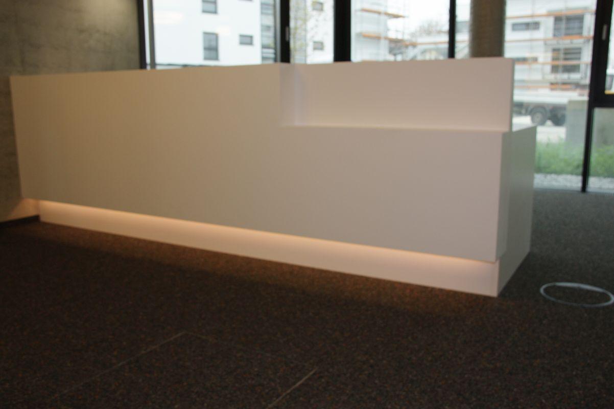 Stadtwerk-Rosenheim-Empfangstheke-Corian-Indirekte-Beleuchtung-Linoleum-Arbeitsflaeche-Schreinerei-Hoehensteiger-Frontansicht