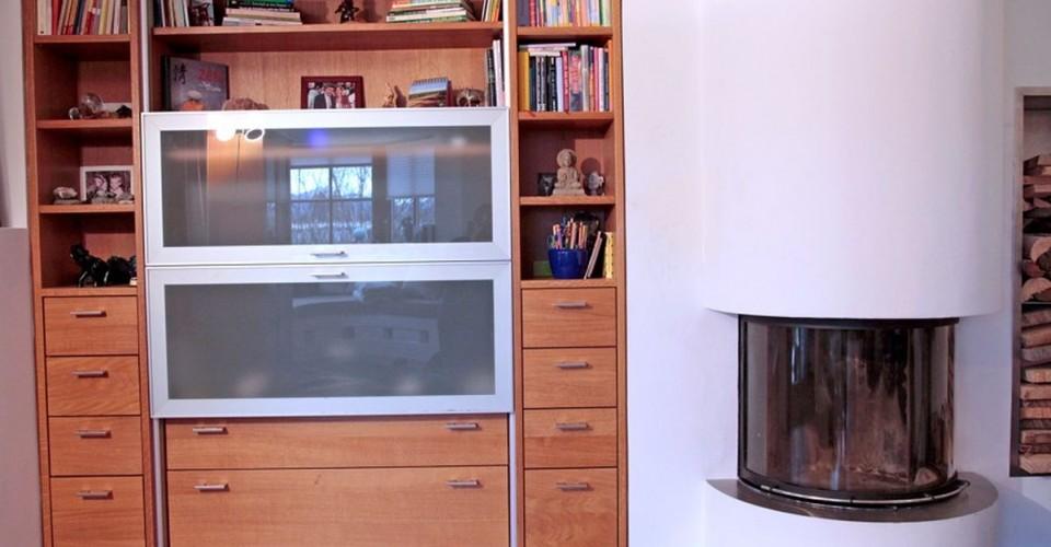 Wohnwand-Rosenheim-Erle-Furniert-Lackiert-Edelstahlgriff-Aluminiumrahmen-Ausziehbar-TV-Verdeck-Offene-Fächer-Innenausbau-Muenchen-Schreinerei-Hoehensteiger